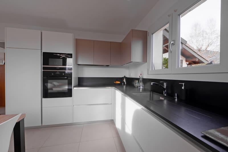 Cuisine en L avec façades blanches et plan de travail noir | Raison Home - 3