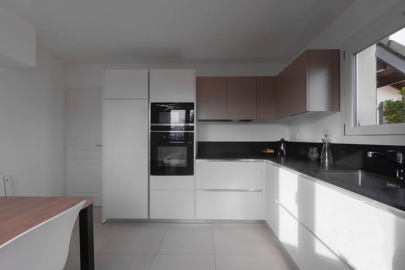 Cuisine en L avec façades blanches et plan de travail noir | Raison Home - 2