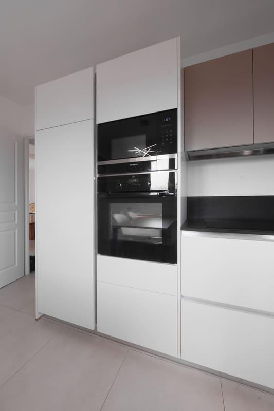 Cuisine en L avec façades blanches et plan de travail noir | Raison Home - 6