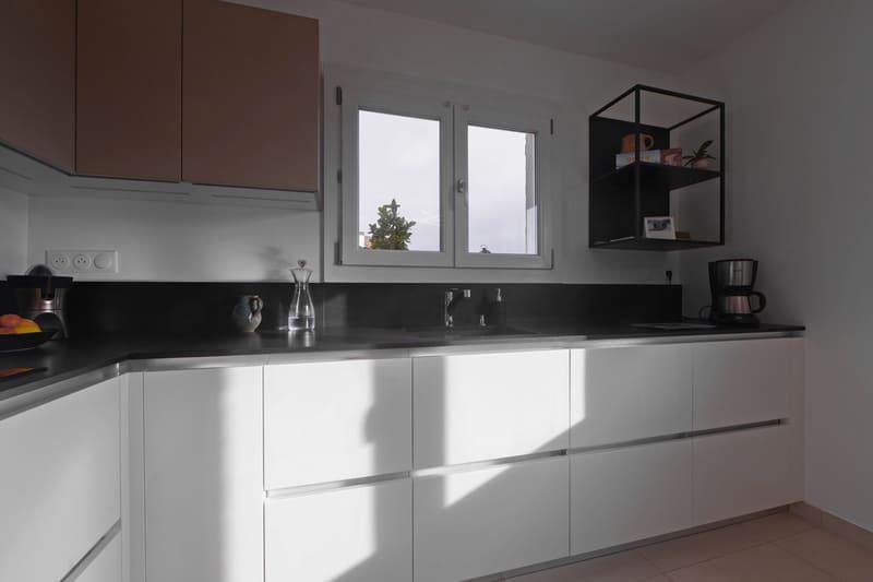 Cuisine en L avec façades blanches et plan de travail noir | Raison Home - 5