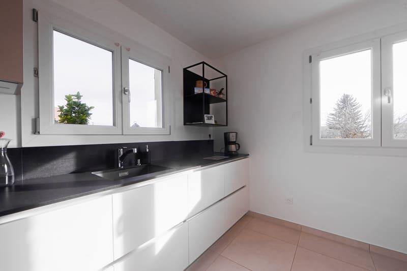 Cuisine en L avec façades blanches et plan de travail noir | Raison Home - 4