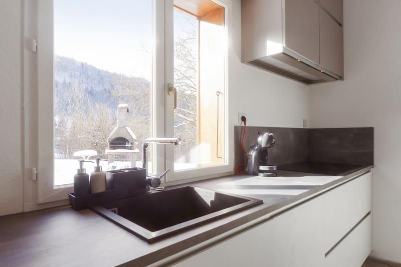 Cuisine ouverte blanche et grise avec grand îlot central | Raison Home  - 3