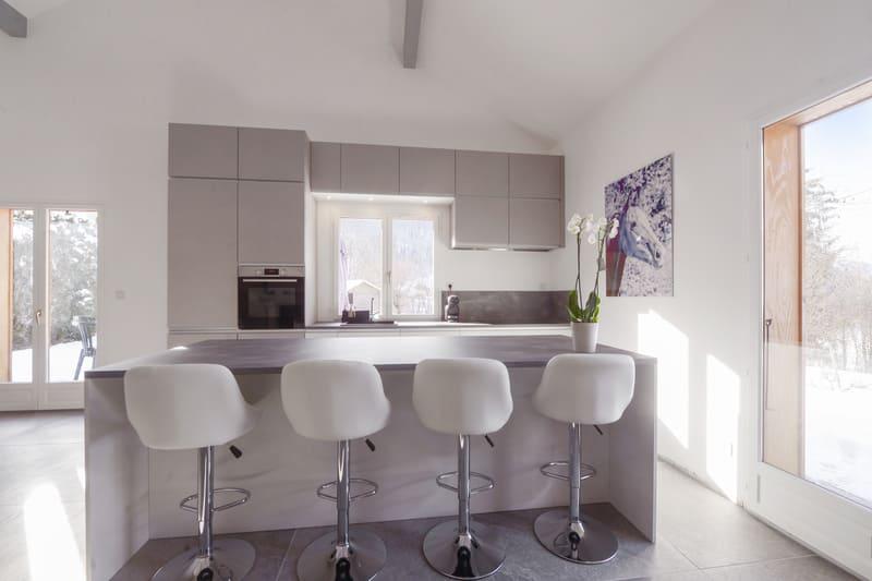 Cuisine ouverte blanche et grise avec grand îlot central | Raison Home  - 5