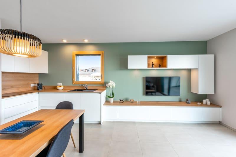 Cuisine blanche et bois avec façade encastrée | Raison Home - 2