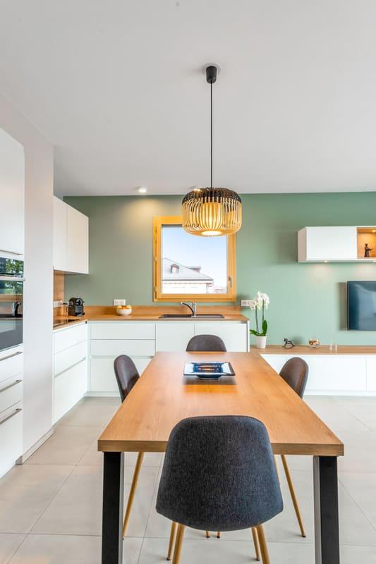 Cuisine blanche et bois avec façade encastrée | Raison Home - 4