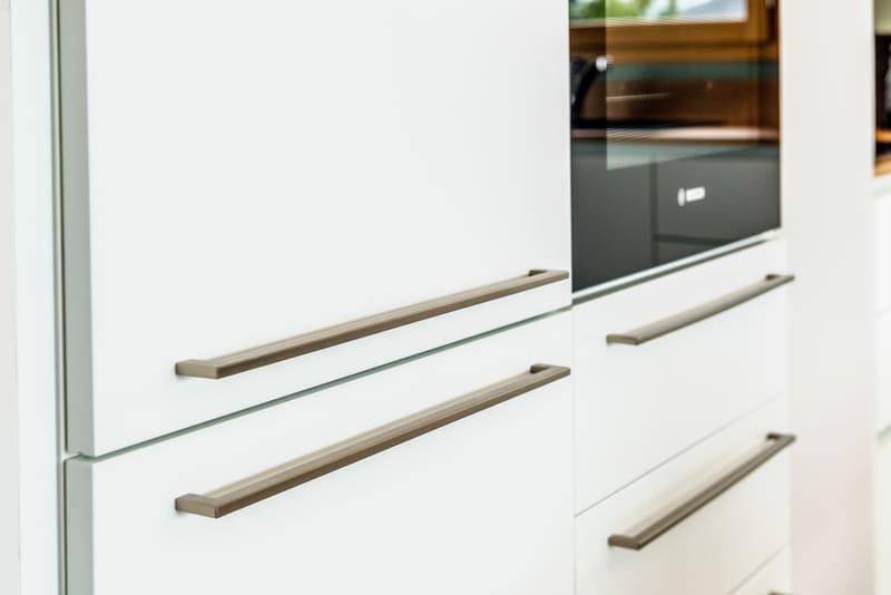 Cuisine blanche et bois avec façade encastrée | Raison Home - 6