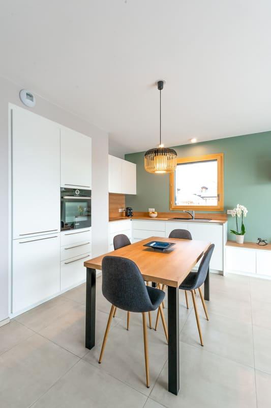 Cuisine blanche et bois avec façade encastrée | Raison Home - 3