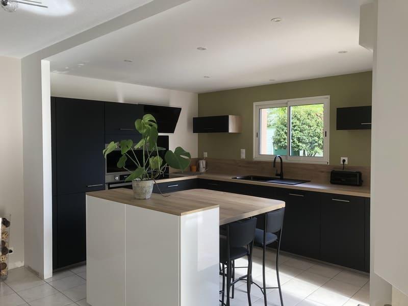 Cuisine ouverte façade noire et bois avec îlot central | Raison Home - 1
