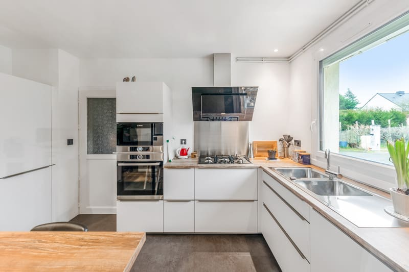 Cuisine blanche et bois avec verrière par Carlos RIBEIRO | Raison Home - 1