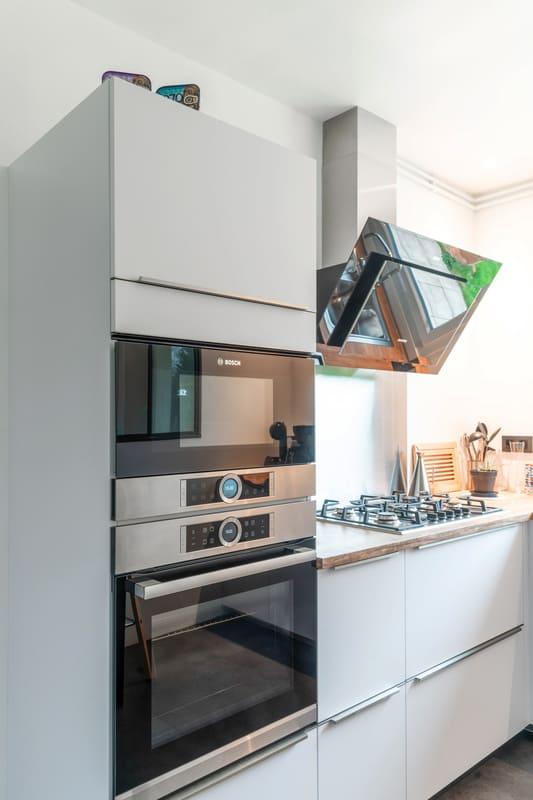 Cuisine blanche et bois avec verrière par Carlos RIBEIRO | Raison Home - 5