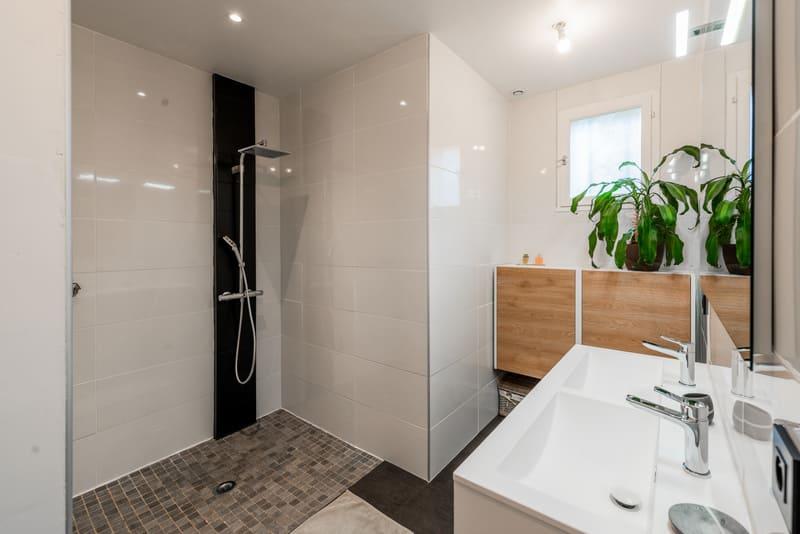 Salle de bain blanche et bois lumineuse par Carlos RIBEIRO | Raison Home - 1