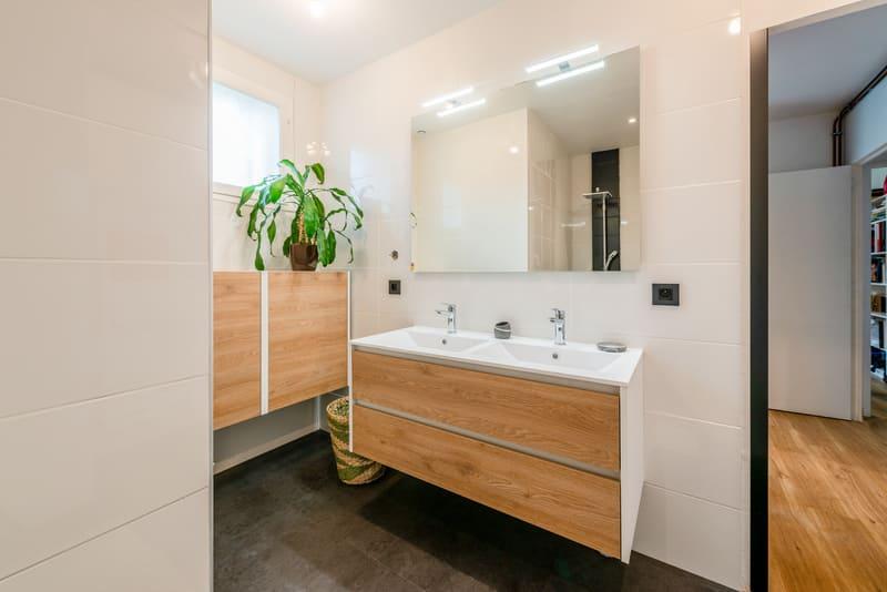 Salle de bain blanche et bois lumineuse par Carlos RIBEIRO | Raison Home - 2