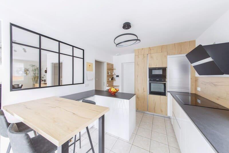 Cuisine blanche et noire avec crédence et façade en bois et îlot central  3
