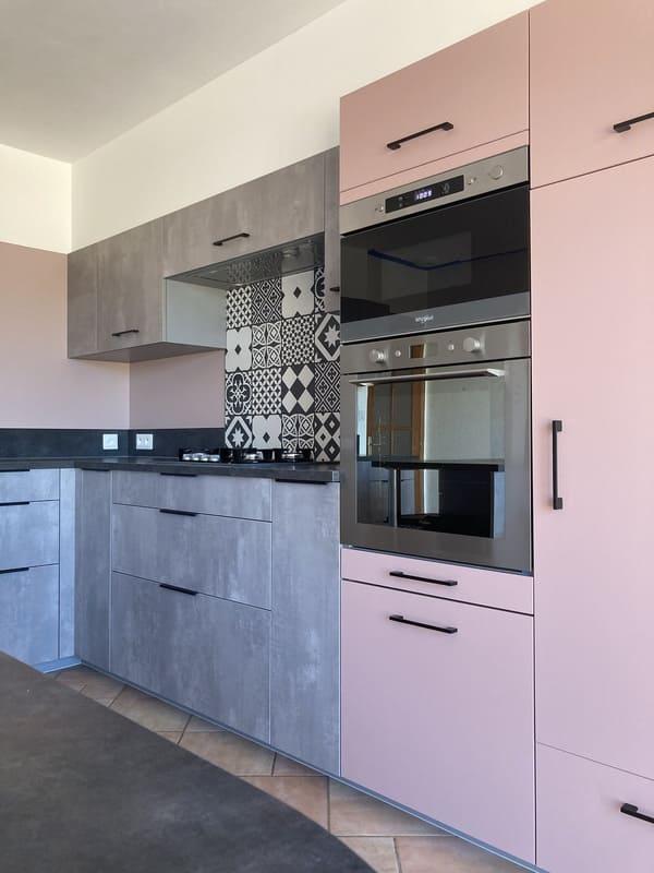 Cuisine rose poudré et gris avec îlot par Sébastien Guesdon | Raison Home - 2