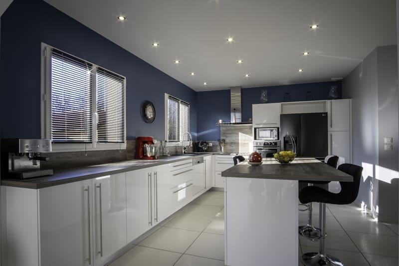 Cuisine équipée blanche et bleu par Alexis GASQUET | Raison Home - 1