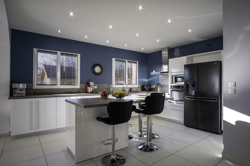 Cuisine équipée blanche et bleu par Alexis GASQUET | Raison Home - 2