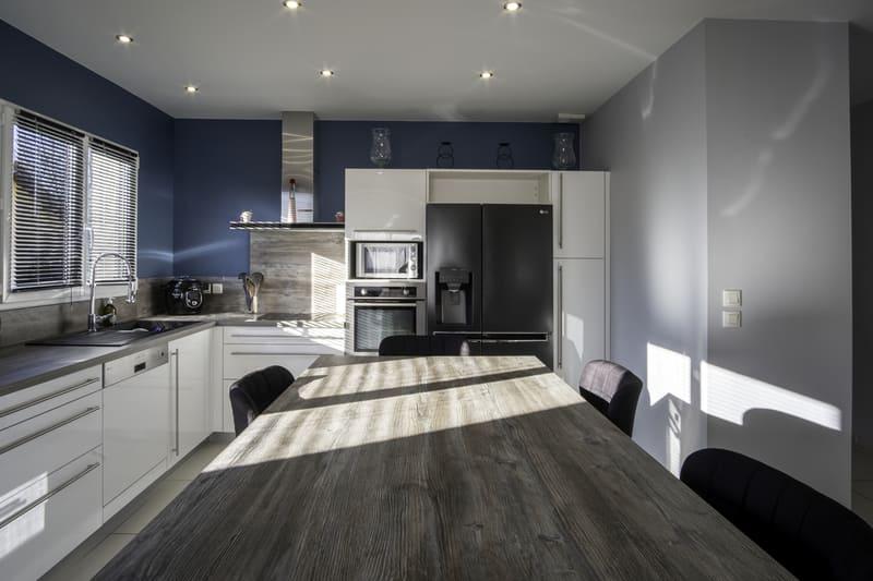 Cuisine équipée blanche et bleu par Alexis GASQUET | Raison Home - 3