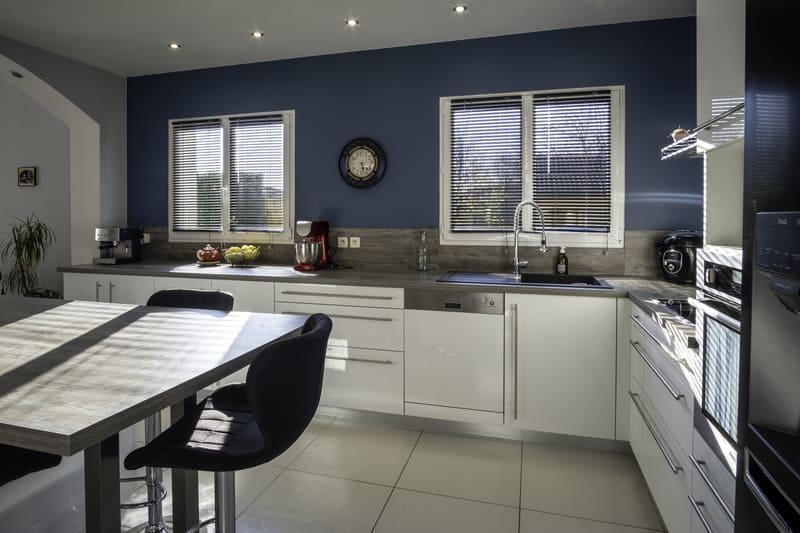 Cuisine équipée blanche et bleu par Alexis GASQUET | Raison Home - 5