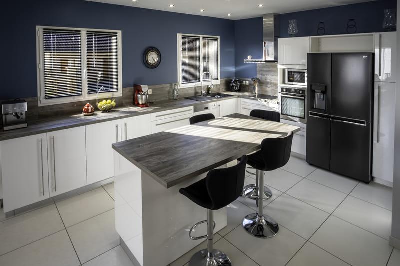Cuisine équipée blanche et bleu par Alexis GASQUET | Raison Home - 6