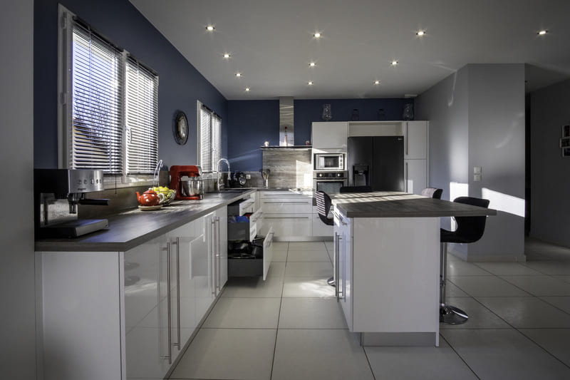 Cuisine équipée blanche et bleu par Alexis GASQUET | Raison Home - 7