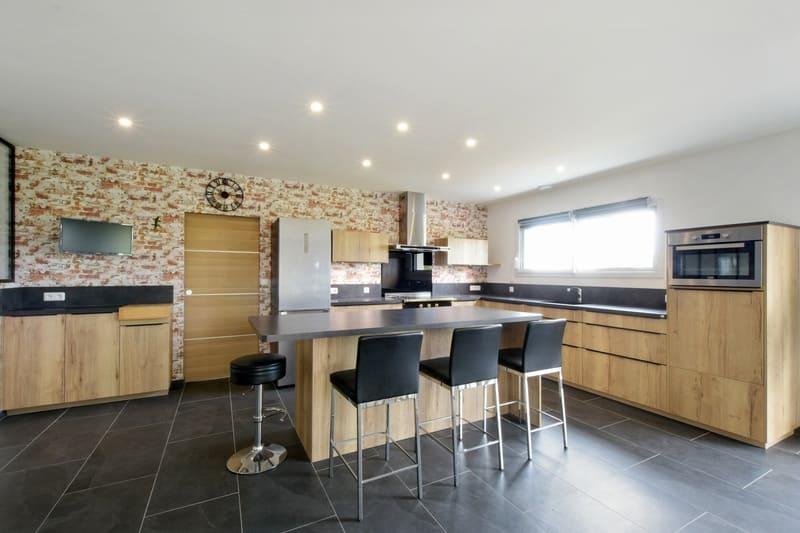 Cuisine spacieuse en stratifiée bois et noire avec verrière et grand îlot par Yannick ANNE   Raison Home - 1