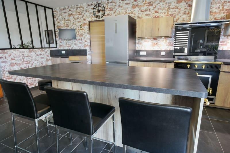 Cuisine spacieuse en stratifiée bois et noire avec verrière et grand îlot par Yannick ANNE   Raison Home - 3