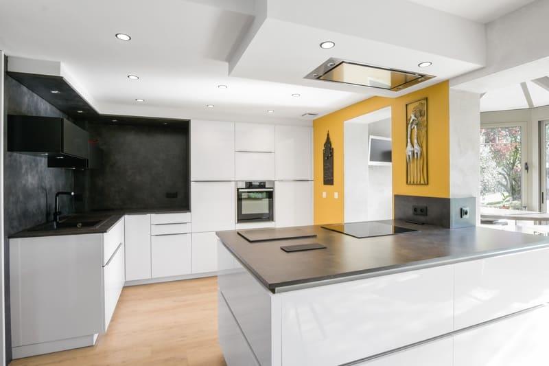 Cuisine blanche et grise effet béton avec îlot central multifonction par Yannick ANNE   Raison Home  - 1