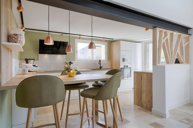 Cuisine moderne blanche et bois avec claustra par Sylvain BERTRAND | Raison Home - 6