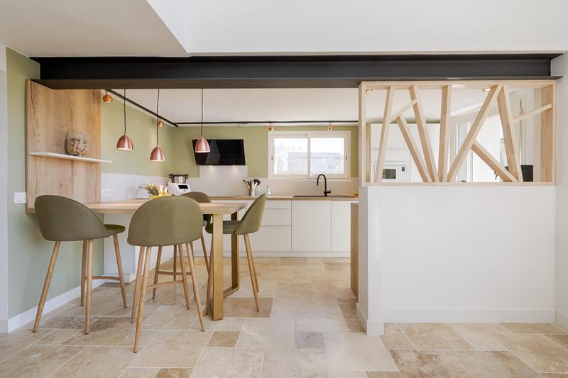 Cuisine moderne blanche et bois avec claustra par Sylvain BERTRAND | Raison Home - 1
