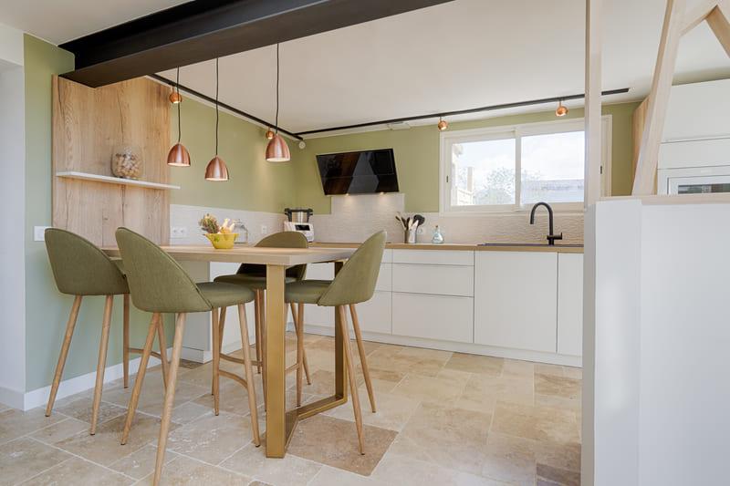 Cuisine moderne blanche et bois avec claustra par Sylvain BERTRAND | Raison Home - 4