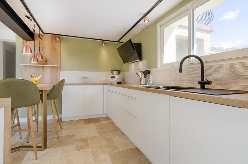 Cuisine moderne blanche et bois avec claustra par Sylvain BERTRAND | Raison Home - 2