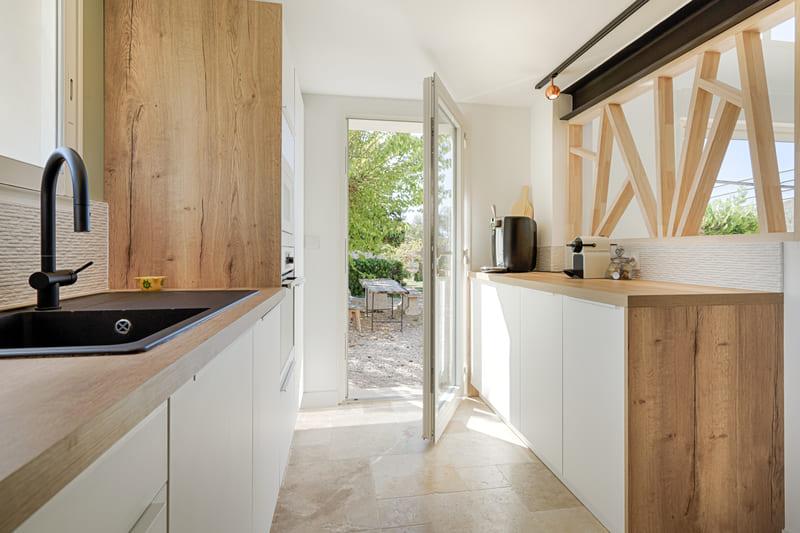 Cuisine moderne blanche et bois avec claustra par Sylvain BERTRAND | Raison Home - 3