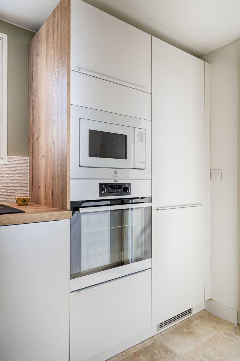 Cuisine moderne blanche et bois avec claustra par Sylvain BERTRAND | Raison Home - 8