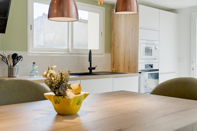 Cuisine moderne blanche et bois avec claustra par Sylvain BERTRAND | Raison Home - 5