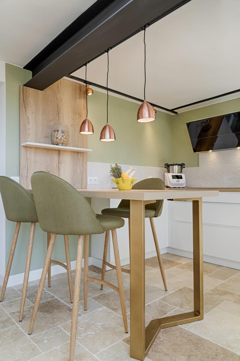 Cuisine moderne blanche et bois avec claustra par Sylvain BERTRAND | Raison Home - 9