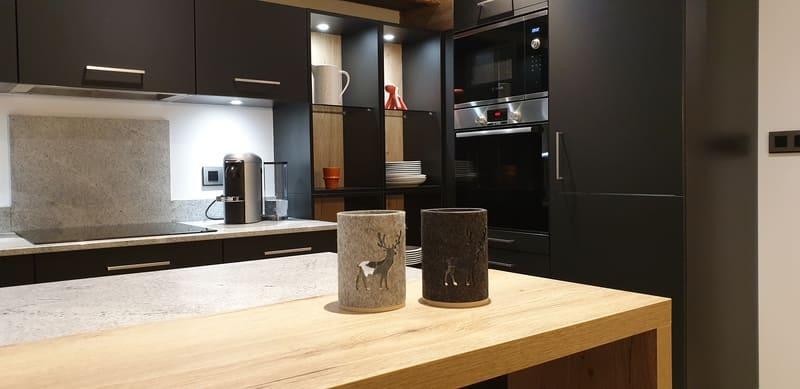Cuisine en Fenix noir et granit par Sandrine Charat | Raison Home - 5