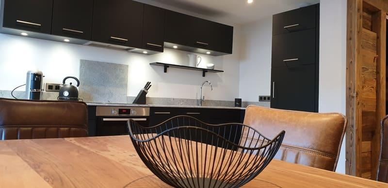 Cuisine en Fenix noir et granit par Sandrine Charat | Raison Home - 9