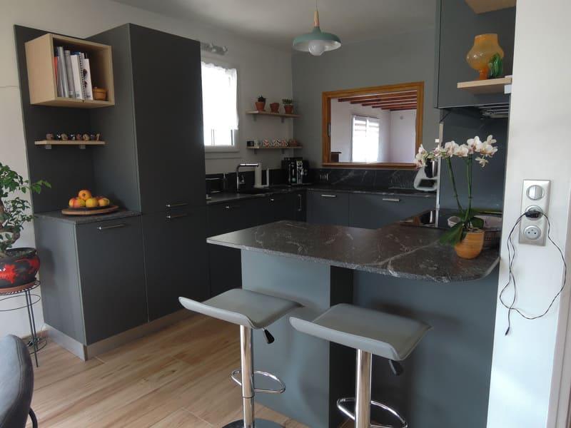 Cuisine grise en Fenix et marbre par Sandrine CHARAT | Raison Home - 1