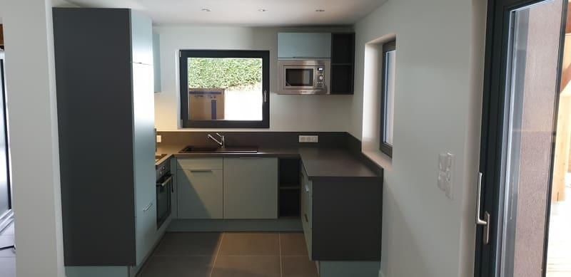 Petite cuisine moderne d'appartement par Sandrine CHARAT | Raison Home - 1