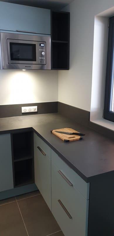 Petite cuisine moderne d'appartement par Sandrine CHARAT | Raison Home - 5