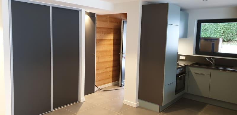 Petite cuisine moderne d'appartement par Sandrine CHARAT | Raison Home - 2