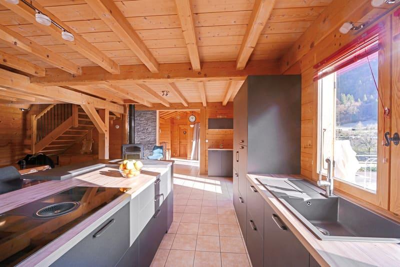 Cuisine ouverte bois et grise avec îlot central | Raison Home - 3