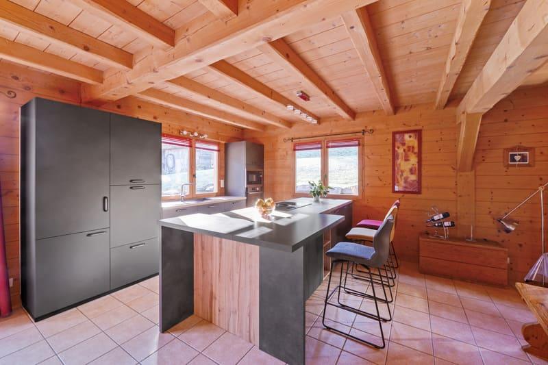 Cuisine ouverte bois et grise avec îlot central | Raison Home - 4