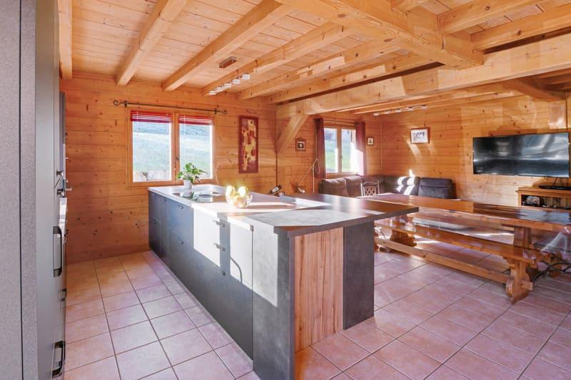 Cuisine ouverte bois et grise avec îlot central | Raison Home - 1