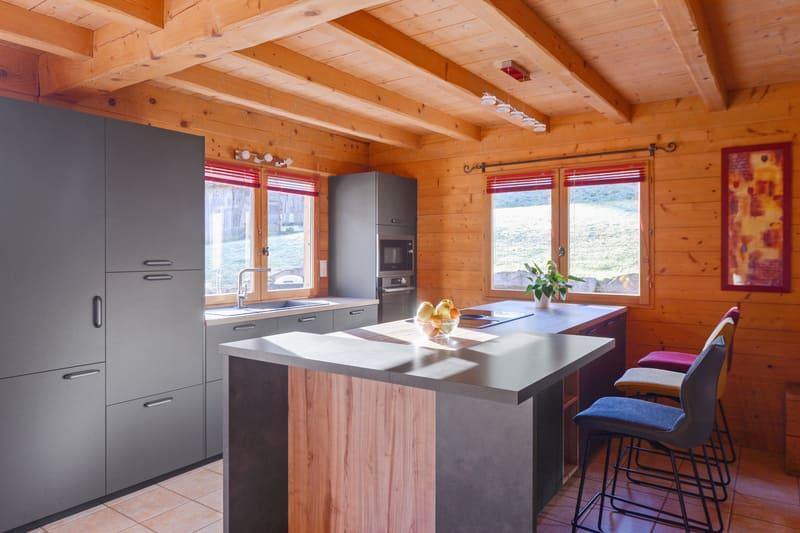Cuisine ouverte bois et grise avec îlot central | Raison Home - 2