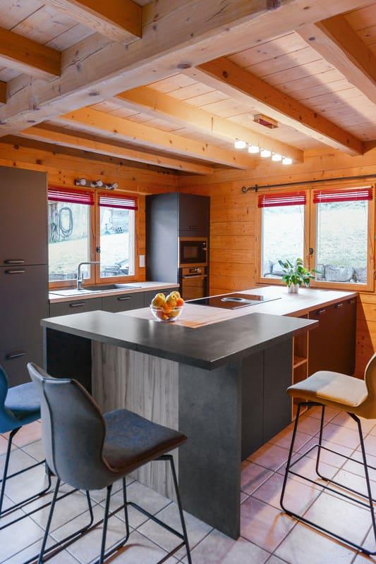 Cuisine ouverte bois et grise avec îlot central | Raison Home - 5