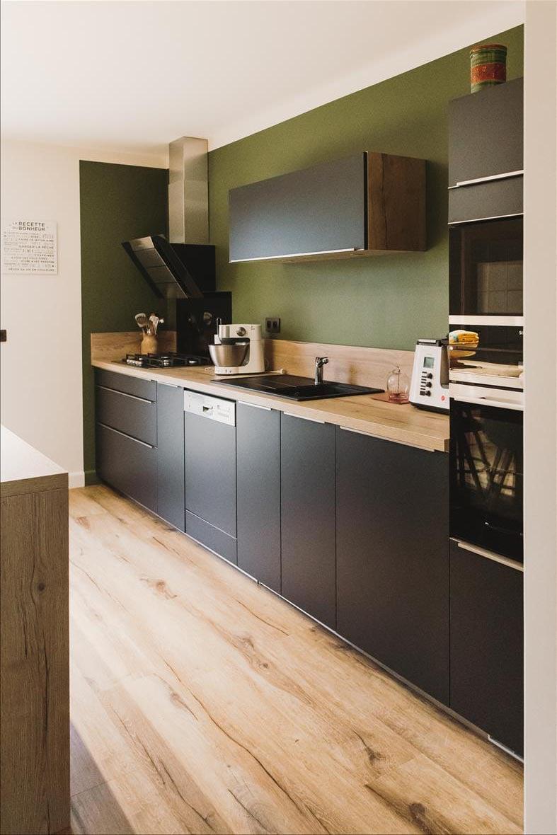Cuisine de style contemporain bois  par Vanessa GERAUX | Raison Home - 1