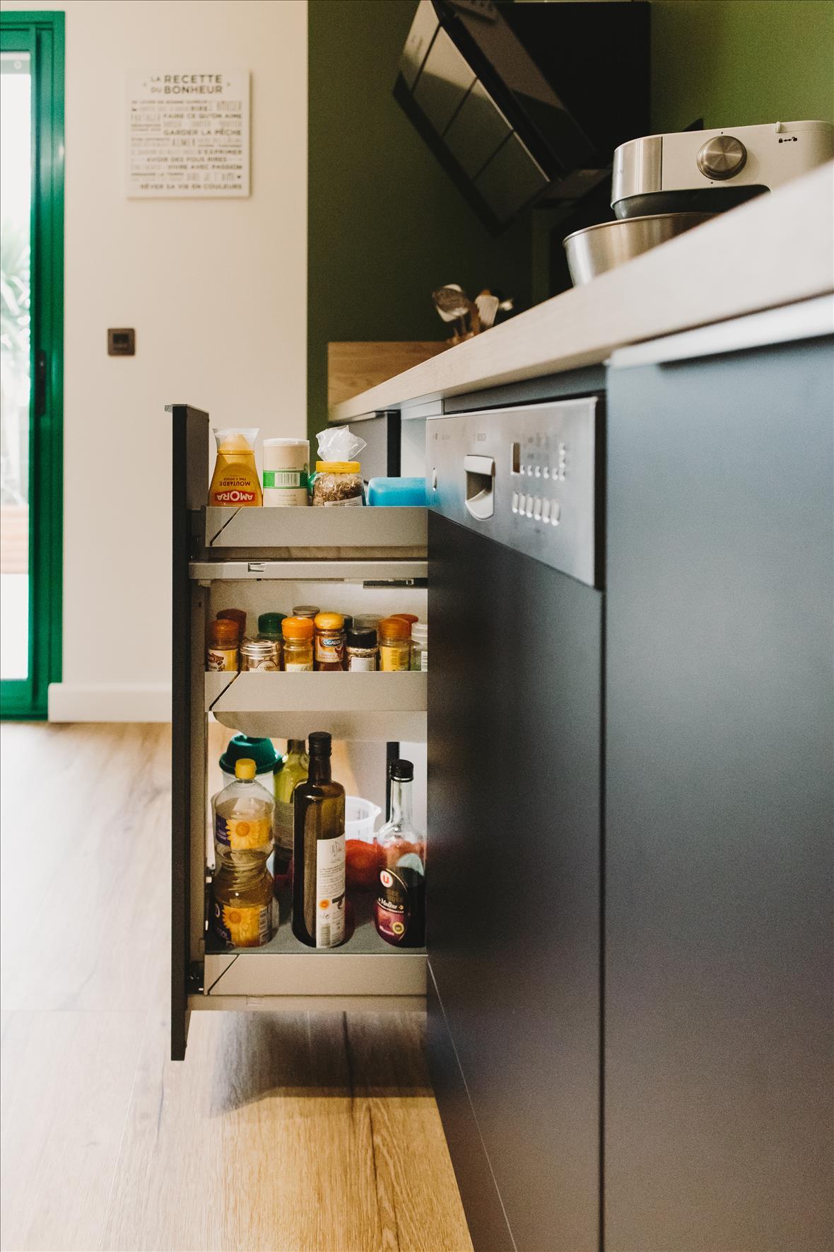 Cuisine de style contemporain bois  par Vanessa GERAUX | Raison Home - 8