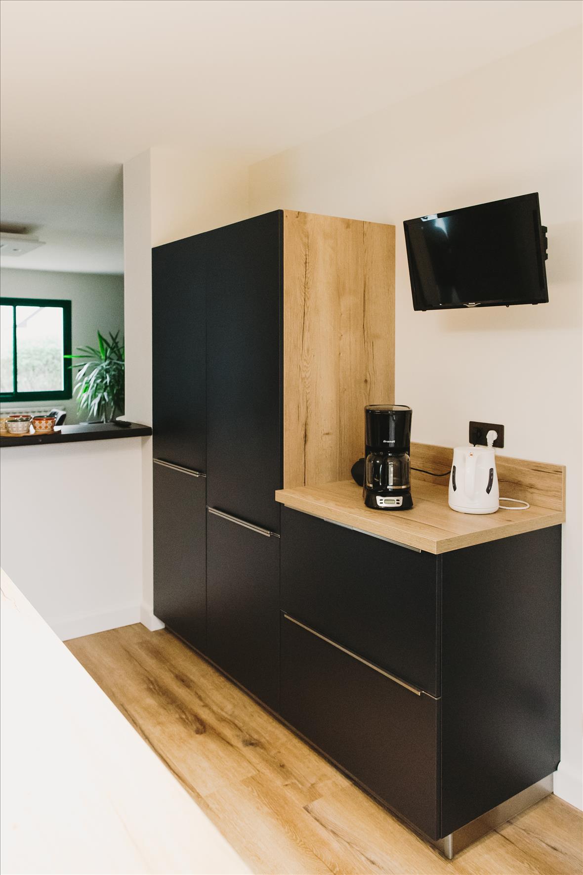 Cuisine de style contemporain bois  par Vanessa GERAUX | Raison Home - 3