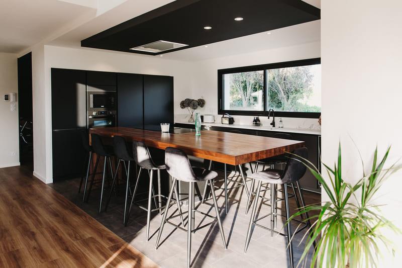 Cuisine de luxe noir en granit, Dekton et bois massif par Vanessa Geraux 1